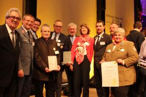 Alt-Bürgermeister Theo Gandenheimer und die Vertreter der Hilfsorganisationen freuen sich über den Publikumspreis