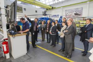 Die Abgeordneten informieren sich in der Fertigungshalle bei Airbus helicopters. (Foto: Airbus helicopters)
