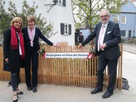 Mit MdL Simone Strohmayr und Bürgermeister Klaus Habermann in Aichach vor dem Haus der Senioren