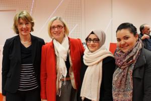 Ulrike Bahr mit Heidi Hofstetter und ihren Mitstreiterinnen vom Stadtjugendring
