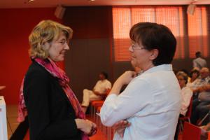 Bundestagsabgeordnete Ulrike Bahr im Gespräch mit der Leiterin der Hospizgruppe Albatros in Augsburg Renate Flach