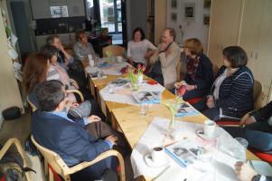 Gespräch in einem Haus mit vielen sozialen Eigenschaften in Augsburg-Firnhaberau.