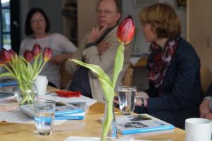 Ulrike Bahr im Gespräch mit Vertretern von ASB, AWO und dem Mehrgenerationentreff in Augsburg-Firnhaberau.