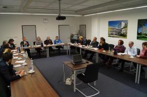 Die Bundestagsabgeordneten im Gespräch mit dem Geschäftsführer und dem Personalrat des Klinikums Augsburg.