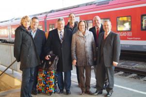Auf dem Bahnhof Donauwörth: MdB Ulrike Bahr (links), MdB Carsten Träger (2.v.l.), MdB und Landesgruppenchef Martin Burkert (3.v.l.), MdB Gabriele Fograscher (3.v.r.), MdB Dr. Karl-Heinz Brunner (rechts).