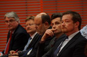 Erst Zuhörer, später haben sie auf dem Podium mitdiskutiert: von links: MdL Harald Güller, MdL Paul Wengert, Norbert Zink, stellvertretender Leiter des Polizeipräsidiums Schwaben, Dirk Wurm, Ordnungsreferent in Augsburg und MdB Uli Grötsch.