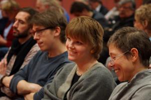Unter den Zuhörern Anna Rasehorn, SPD-Stadträtin und Juso-Vorsitzende (2.v.r.) und SPD-Stadträtin Jutta Fiener (rechts).