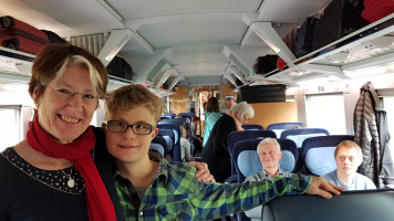 Im Zug nach Berlin: MdB Ulrike Bahr und Roman.