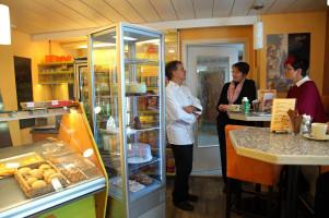 In der Bäckerei gibt es ein kleines Stehcafe.