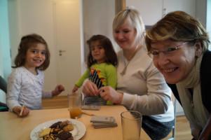 Kekse, Saft und Buntstifte: Ulrike Bahr und Andrea Collisi bei ihrem Besuch.