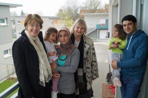 MdB Ulrike Bahr, links, und die Königsbrunner Stadträtin Andrea Collisi (Mitte) bei einem Besuch in der Flüchtlingsunterkunft Neuhauswiese.