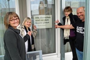 Mit der Heimleiterin Christine Müller und dem Hausmeister Harald Stixner vor dem Büro in der Siedlung Neuhauswiese.