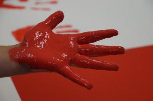 Die rote Farbe soll an das Blut erinnern.