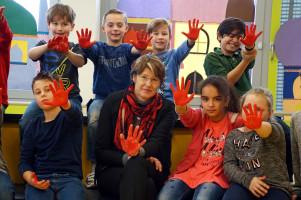Ulrike Bahr setzt mit ihrer Roten Hand ein Zeichen gegen Kindersoldaten.