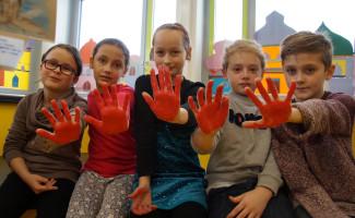 SchülerInnen zeigen die Rote Hand.