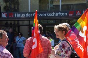 Demonstrierend vor dem Haus der Gewerkschaften in Augsburg