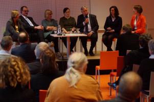 Die beiden Bundestagsabgeordneten Gabriele Fograscher (links) und Ulrike Bahr (rechts) mit ihren Podiumsgästen.