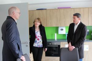 MdB Ulrike Bahr im Gespräch mit Dr. Markus Deurer und Professor Klaus Meier vom Förderverein der Jugendfarm.