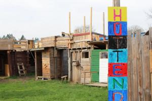 Wie auf einem Abenteuerspielplatz können Kinder sich selbst auf der youfarm Buden bauen.