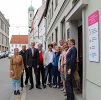 Gruppenfoto vor dem Eingang zur KAB in der Weiten Gasse