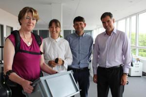Von links: MdB Ulrike Bahr, Laura Schmitz, Business Specialist, Eric Eitel, Kommunikation, und CEO Dr.-Ing. Peter Heiligensetzer.