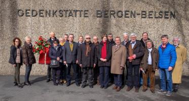 Schwäbische Vertreter von AWO und SPD, darunter insbesondere solche aus Augsburg und Neu-Ulm, widmeten in Bergen-Belsen einen Gedenkstein für den SPD-Politiker und AWO-Initiator Clemens Högg