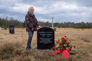 Enkelin Gabriele Rauch am Gedenkstein ihres Großvaters Clemens Högg, der bis zu seinem Tode im Konzentrationslager Bergen-Belsen Widerstand gegen die Nationalsozialisten geleistet hat