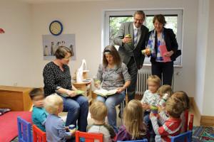 Bürgermeister Manfred Wolf und die Bundestagsabgeordnete Ulrike Bahr in einer der Spielgruppen im Mehrgenerationenhaus