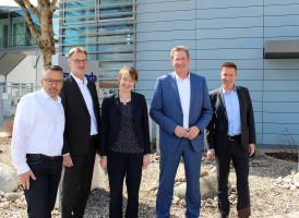 Von links: Produktionsleiter Leonhardt Falger, Personalleiter Joachim Pape, MdB Ulrike Bahr, Geschäftsführer Klaus Rudolph, Kommunikationsleiter Martin Neft.