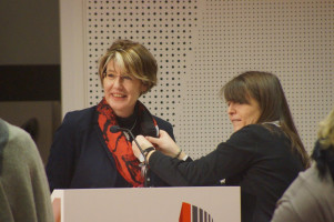 Bei den Dreharbeiten: Polina Spartyanova verkabelt MdB Ulrike Bahr.