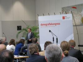 Thomas Oppermann spricht sich bei der Eröffnung nachdrücklich für ein Einwanderungsgesetz aus.
