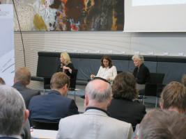 Manuela Schwesig und Aydan Özuguz diskutieren mit Petra Crone