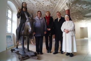 Die drei schwäbischen Bundestagsabgeordneten mit Schwester Alberta neben Jesus auf dem Palmesel, 1456 von dem Ulmer Künstler Hans Multscher geschaffen.