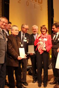 Ulrike Bahr gratuliert mit der Marionette Sani
