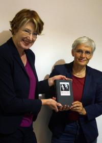Ulrike Bahr bedankte sich mit einem Brechtbuch