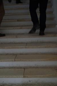 Schritte haben über die Jahrhunderte Spuren hinterlassen auf den Marmorstufen im Kloster Wettenhausen.