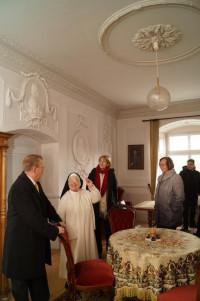 Schwester Alberta zeigt den Bundestagsabgeordneten das Papstzimmer im Kloster Wettenhausen.