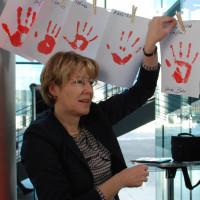 Ulrike Bahr hängt im Bundestag ihren Handabdruck auf