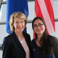 Ulrike Bahr und Clio Forman vor der Bundestagskuppel
