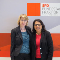 Ulrike Bahr mit Berichterstatterin Gülistan Yüksel